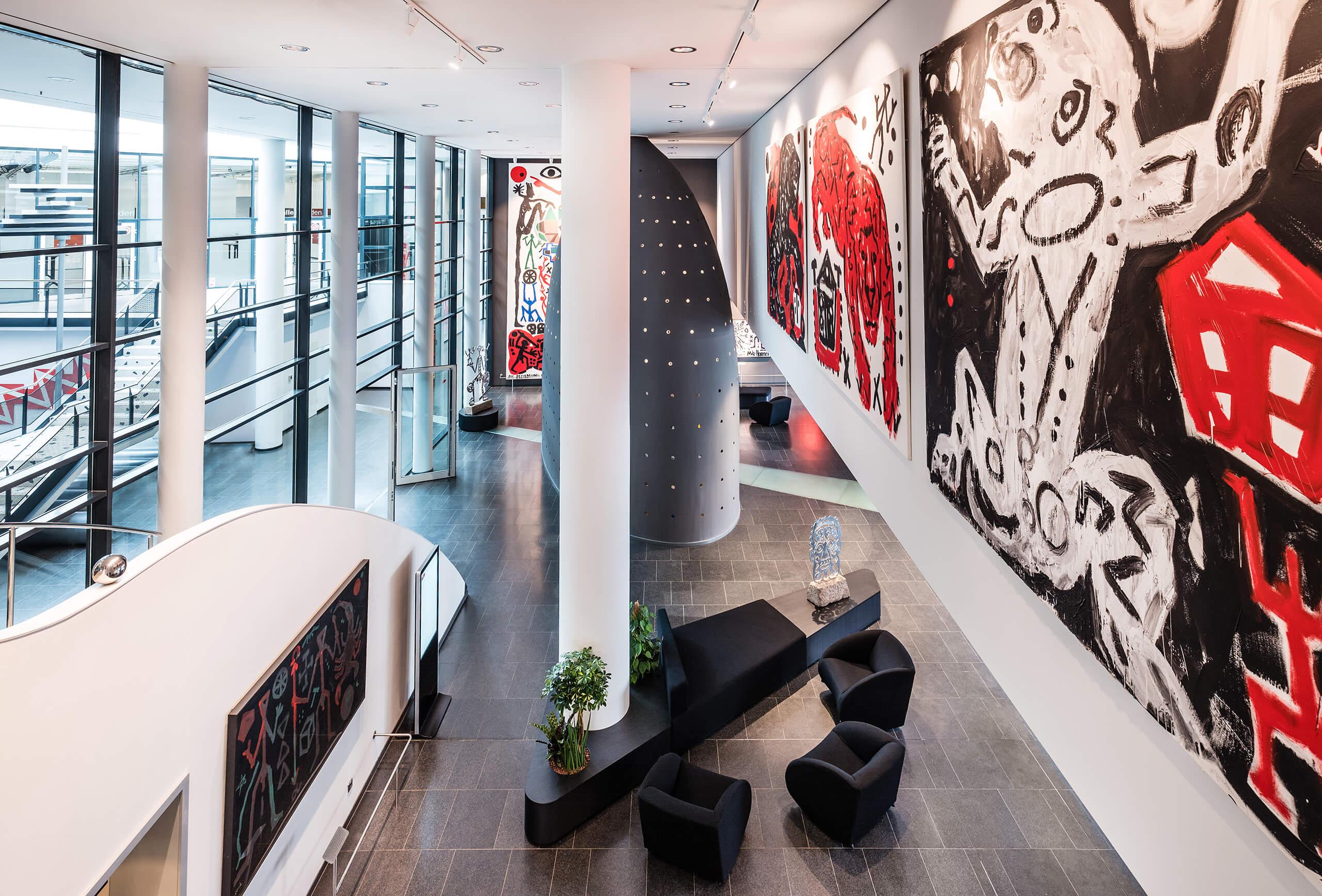 Die Lobby mit Kunstwerken von A.R. Penck