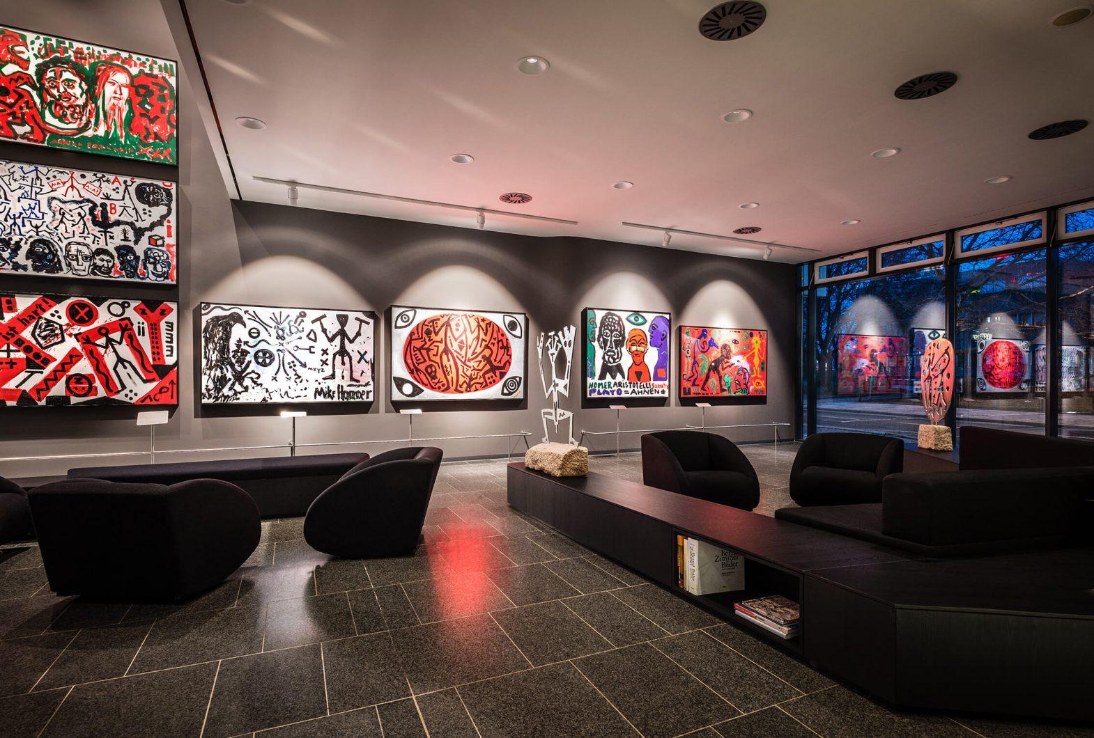 Hotellobby mit zahlreichen Penck-Kunstwerken