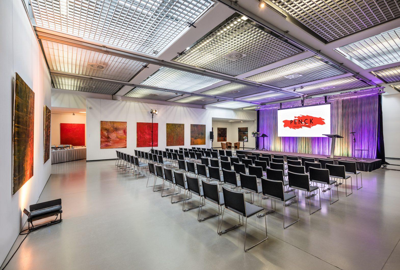 Kunsthalle in Stuhlreihen zu einer Preisverleihung